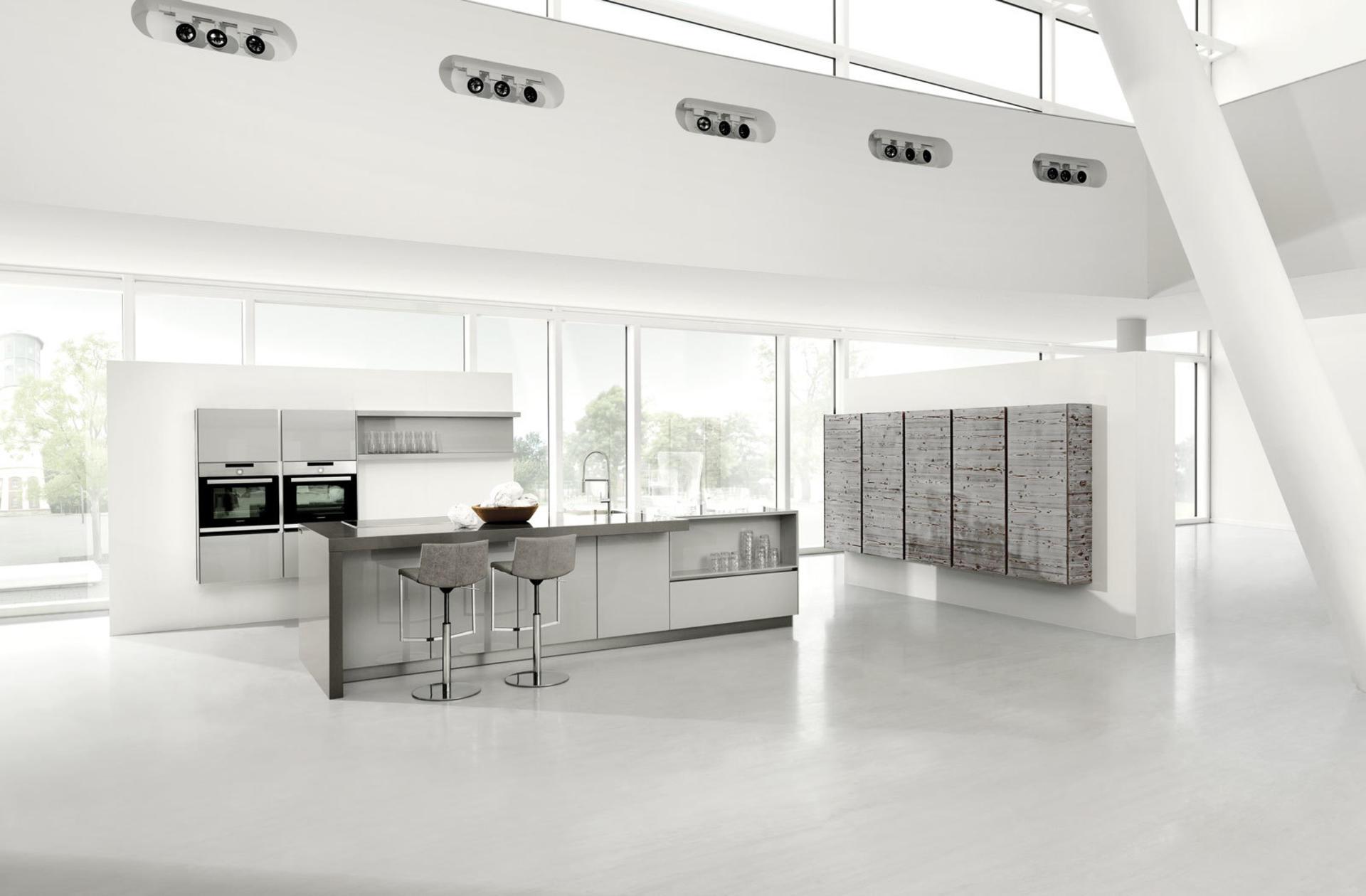 Кухни Häcker, Dark pine veneered / Light grey high gloss lacquer 5083 GL | 4030 GL