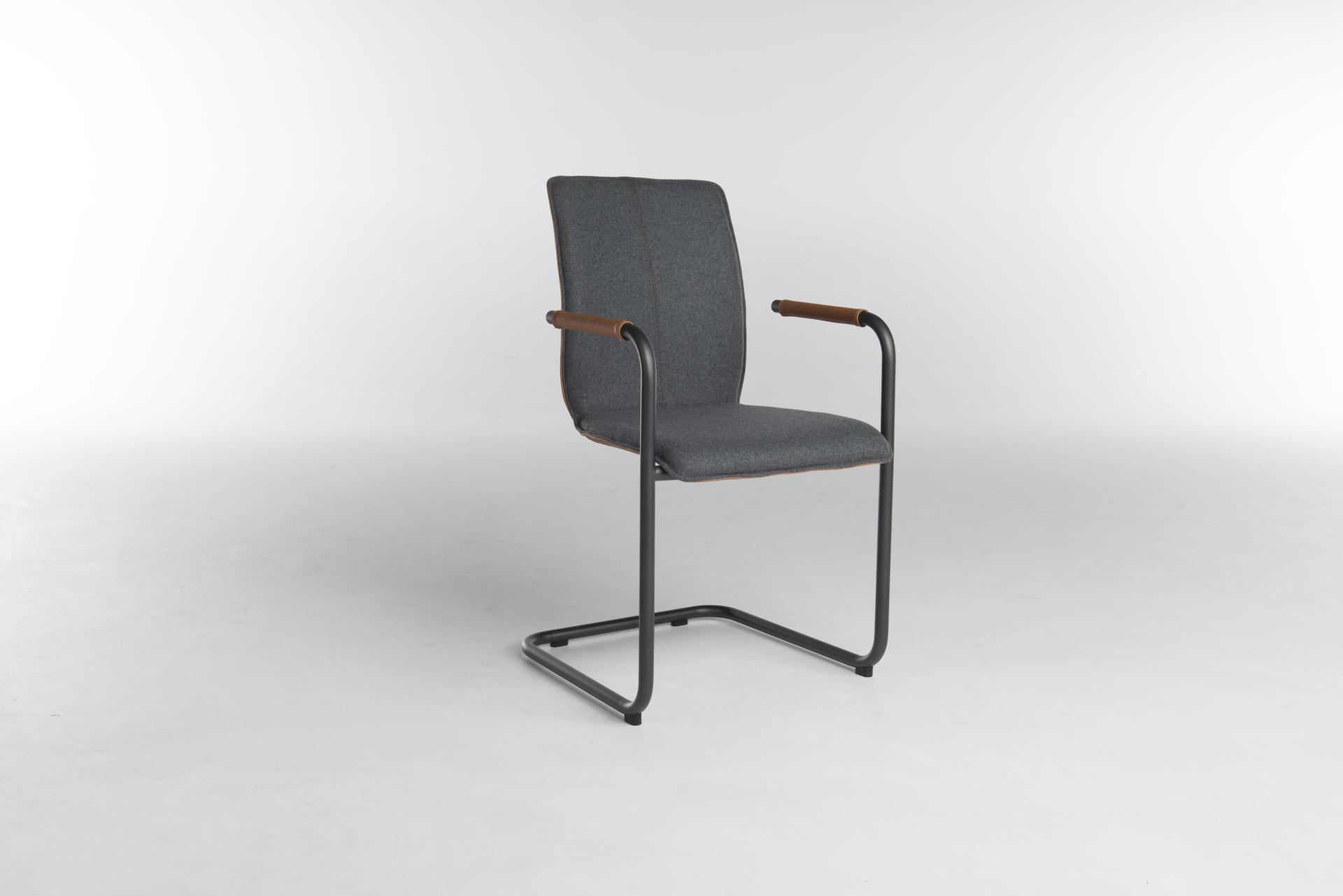 Один из вариантов стула Tara с консольной ногой производит пружинящий эффект.